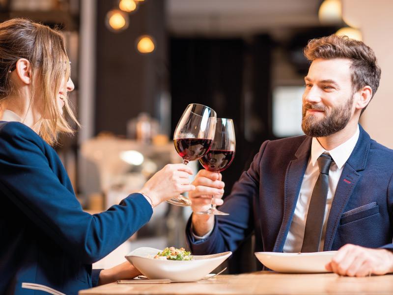 persone in pausa pranzo con i buoni pasto