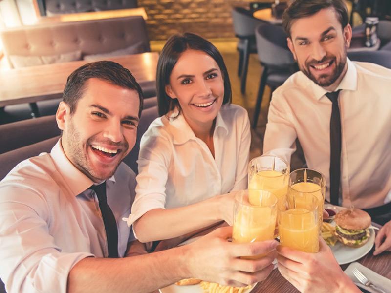 persone che mangiano in pausa con i buoni pasto